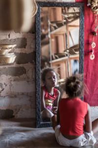 Garotinha quilombola da vila  de Mumbuca